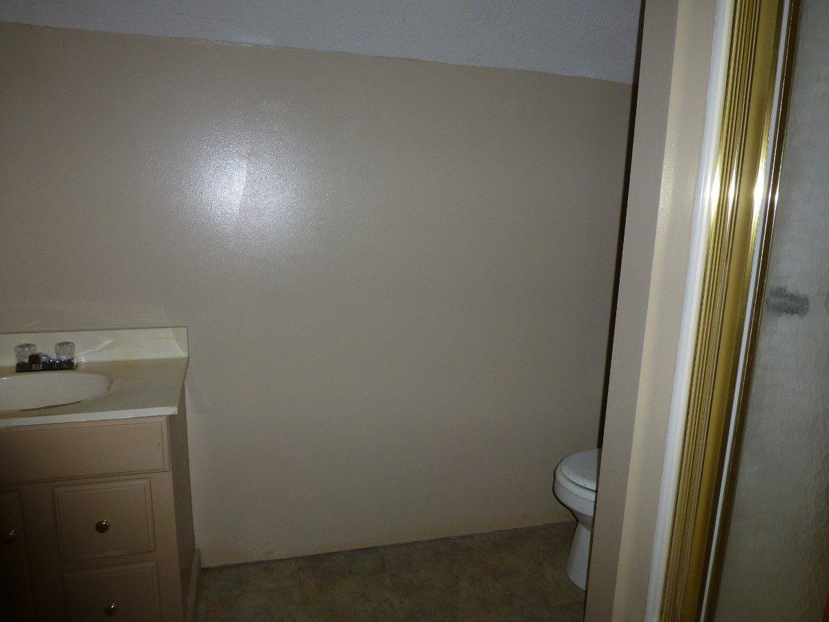15-upstairs-bathroom