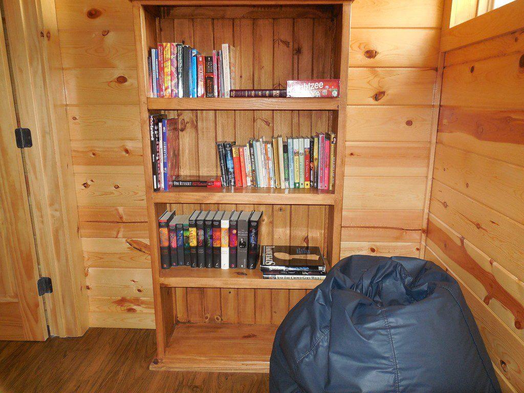 incommunicado-book-shelf-xl